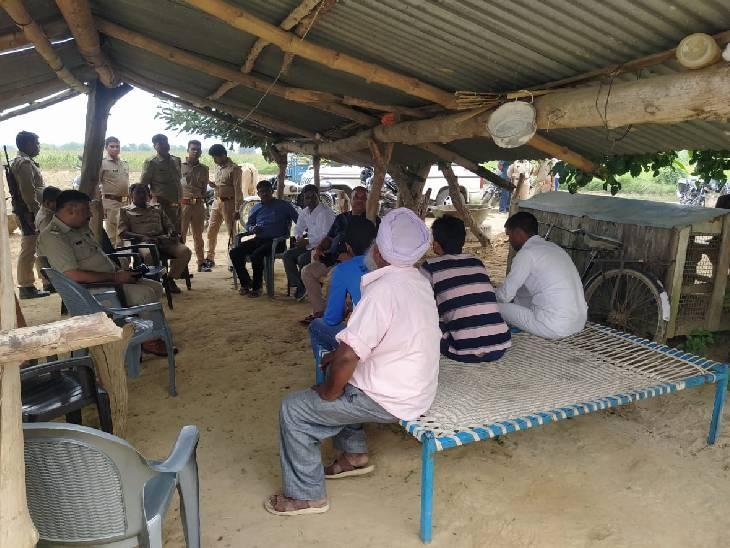 बहराइच में मृतक के घर लगा स्थानीय नेताओं का जमावड़ा, डीएम-एसपी ने किया न्याय दिलवाने का वादा|बहराइच,Bahraich - Dainik Bhaskar
