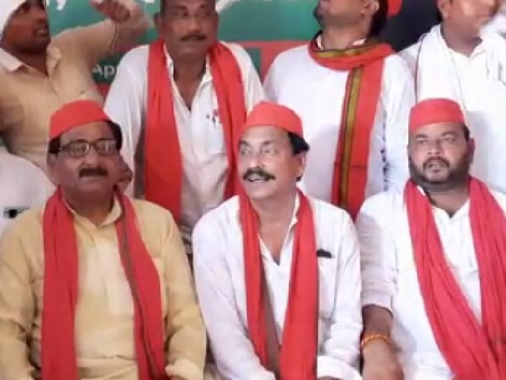 औरैया में धरने पर बैठ समाजवादी पार्टी कार्यकर्ता, कहा- अखिलेश का तत्काल छोड़े सरकार|औरैया,Auraiya - Dainik Bhaskar