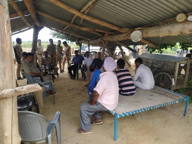 बहराइच में गुरविंदर की मौत के बाद गांव में पुलिस तैनात है।