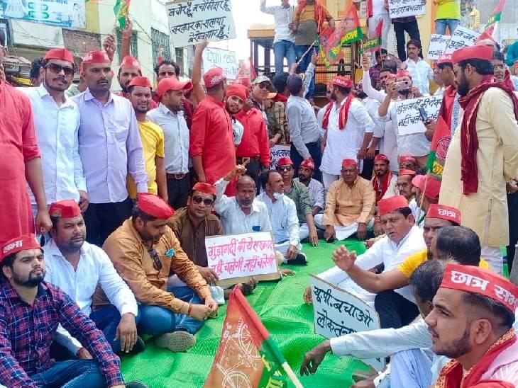 सपा और कांग्रेस कार्यकर्ताओं ने किया धरना प्रदर्शन, केंद्रीय गृह राज्यमंत्री को बर्खास्त करने की मांग की|ललितपुर,Lalitpur - Dainik Bhaskar