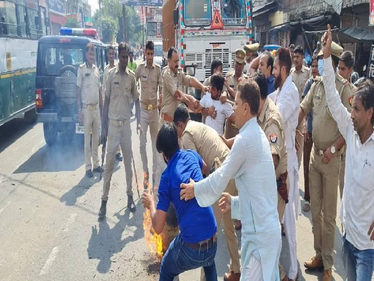 कांग्रेसियों और पुलिस में हुई झड़प, दो कार्यकर्ता हुए गिरफ्तार|संभल,Sambhal - Dainik Bhaskar