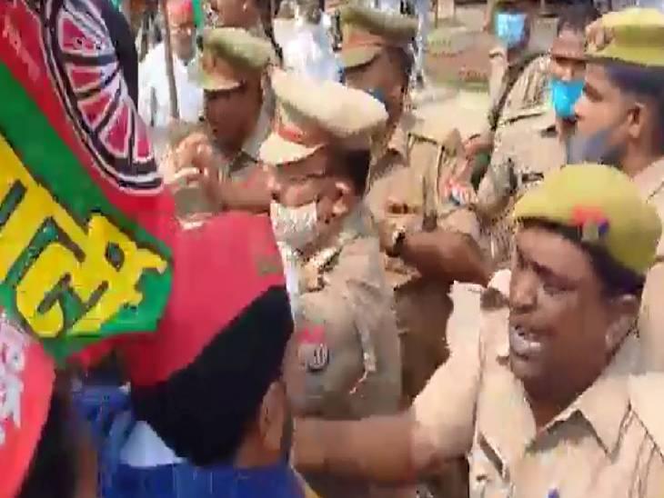 राष्ट्रीय अध्यक्ष अखिलेश यादव की गिरफ्तारी और लखीमपुर खीरी की घटना से भड़के लोग, कई घंटे तक लगाया एनएच 28 पर जाम|सिद्धार्थनगर,Siddharthnagar - Dainik Bhaskar