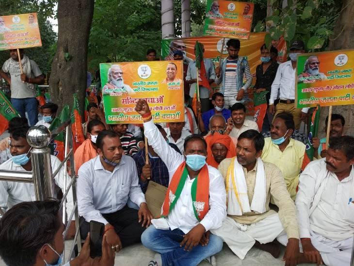रामपुर में जिलाध्यक्ष और उपाध्यक्ष पर लगाया मंदिर की जमीन बेचने का आरोप, तत्काल हटाने की मांग की|रामपुर,Rampur - Dainik Bhaskar