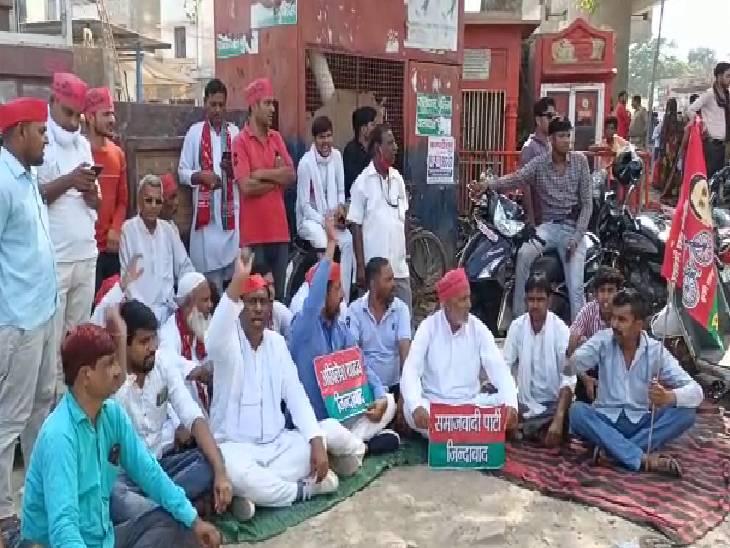 अखिलेश की गिरफ्तारी को लेकर की नारेबाजी, प्रदेश सरकार को बताया किसान विरोधी|हाथरस,Hathras - Dainik Bhaskar
