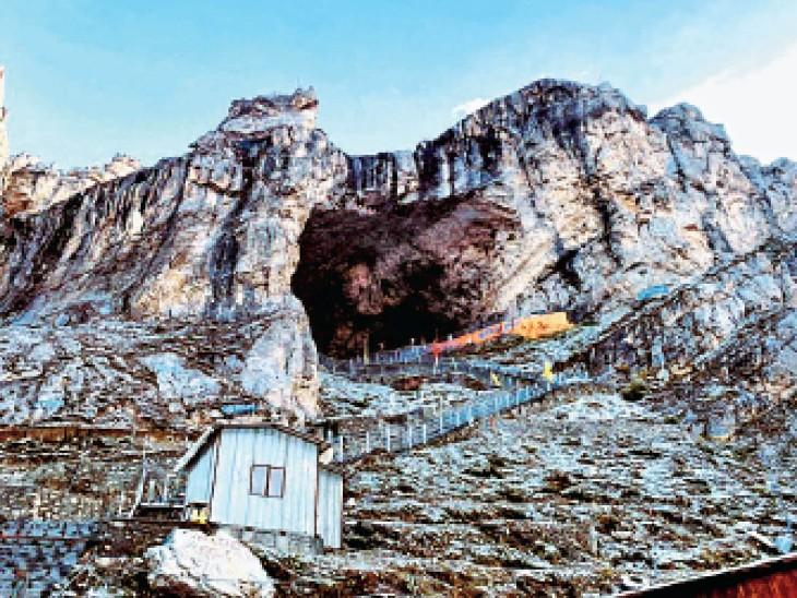 शनिवार रात को बाबा अमरनाथ की पवित्र गुफा के चारों ओर बर्फ की सफेद चादर बिछ गई। - Dainik Bhaskar