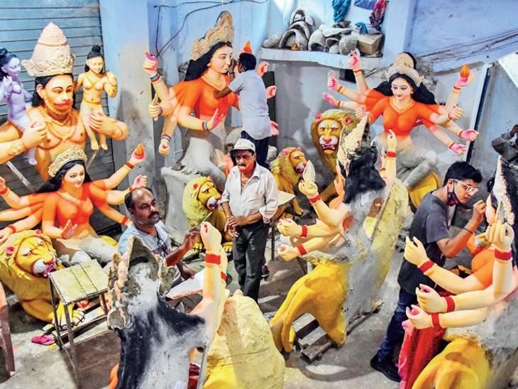 प्रतिमाओं को अंतिम रूप देते कलाकार। - Dainik Bhaskar