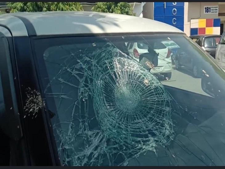 घटना में टूटा कार का शीशा।