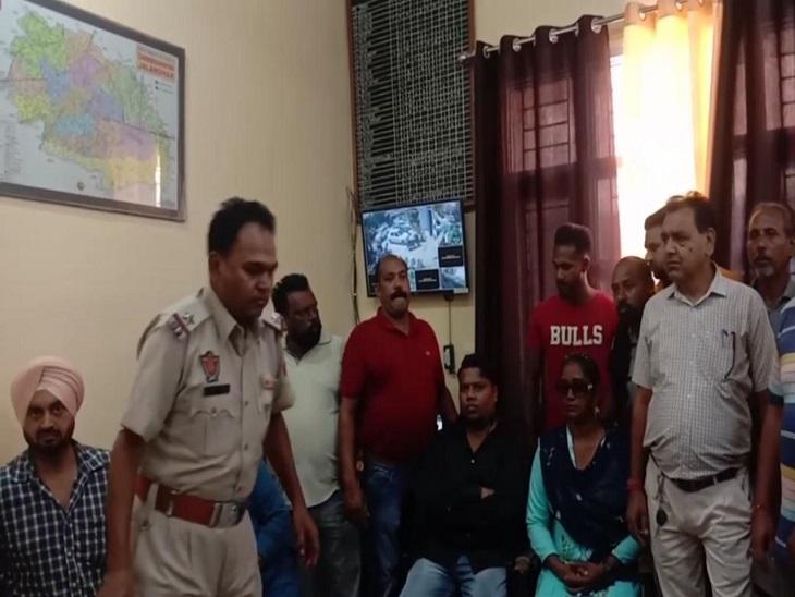 पुलिस थाने में बयान दर्ज करती पुलिस। - Dainik Bhaskar