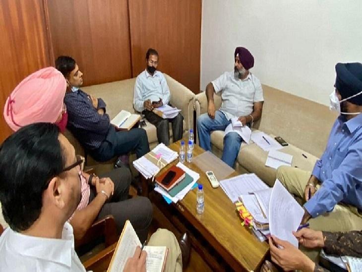 मंत्री परगट सिंह की बैठक में शामिल अफसर।