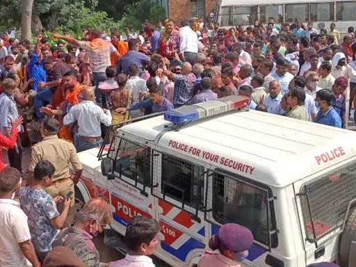 नतीजे आने के बाद भाजपा कार्यालय कमलम पर पार्टी कार्यकर्ताओं की भीड़ उमड़ पड़ी।