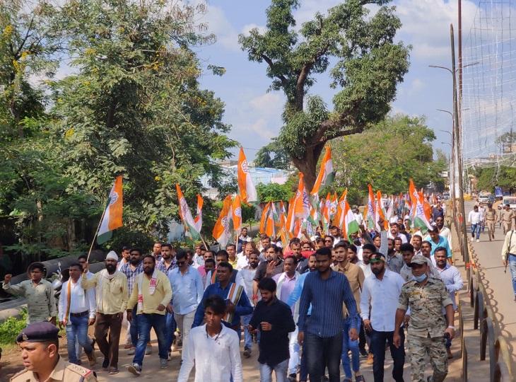 जगदलपुर में उमस भरे मौसम में भीड़ उमड़ पड़ी।