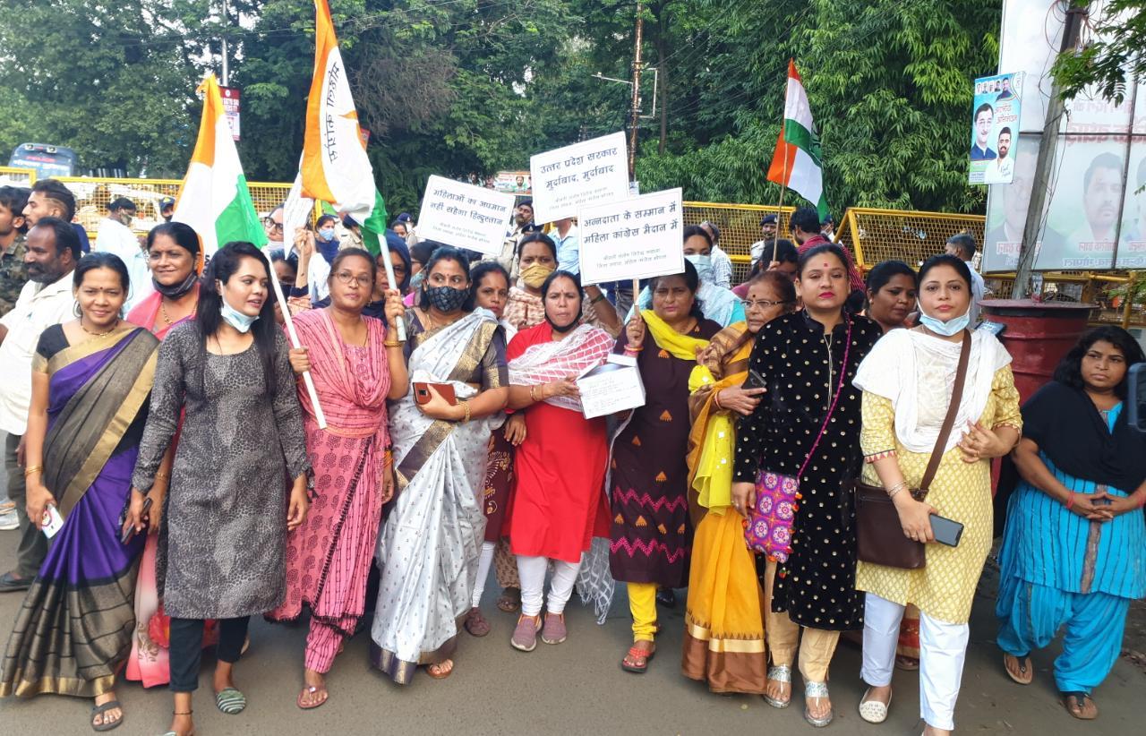लखीमपुर खीरी की घटना और प्रियंका गांधी की गिरफ्तारी के विरोध में भोपाल महिला कांग्रेस ने प्रदर्शन कर योगी सरकार को भेजी चूडियां भोपाल,Bhopal - Dainik Bhaskar