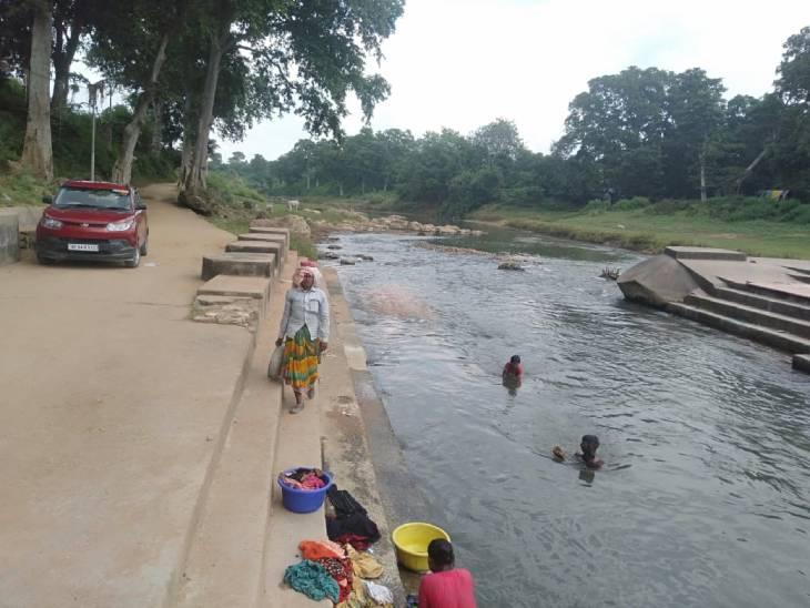 सड़क,नाली व मंदाकिनी किनारे घटिया सामग्री से रहा निर्माण, नदी में बहाया जा रहा है मलबा चित्रकूट,Chitrakoot - Dainik Bhaskar