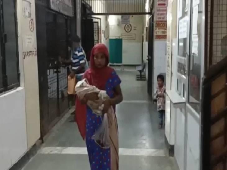 प्रसव पीड़ा शुरू होने के बाद जा रही थी अस्पताल, रास्ते में हो गई डिलीवरी|हाथरस,Hathras - Dainik Bhaskar