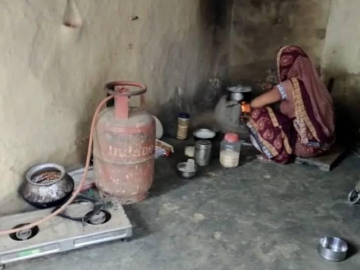 घर के कोने में धूल फांक रहे गैस सिलेंडर, चूल्हे पर ही बन रहा खाना; रेट ज्यादा होने से रीफिलिंग नहीं करा पा रहे ग्रामीण|अमेठी,Amethi - Dainik Bhaskar
