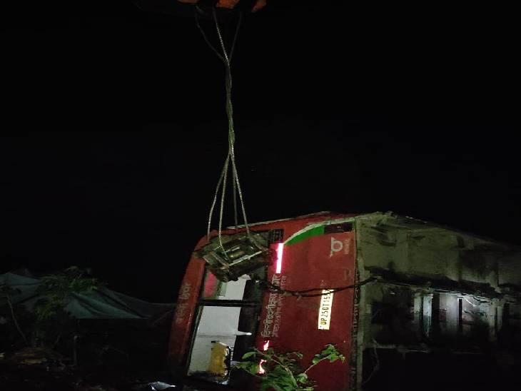 हादसे में चालक की मौत, 41 यात्रियों को पुलिस ने सुरक्षित निकाला|गोंडा,Gonda - Dainik Bhaskar