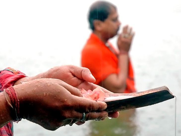 इस दिन पीपल में जल चढ़ाने से भी तृप्त होते हैं पितर साथ ही आसान विधि से घर पर ही किया जा सकता है श्राद्ध|धर्म,Dharm - Dainik Bhaskar