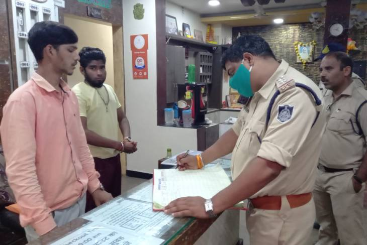 त्योहार को लेकर महाकाल पुलिस अलर्ट, 400 होटलों की जांच, यात्रियों की जानकारी ली और ID को चेक किया|उज्जैन,Ujjain - Dainik Bhaskar