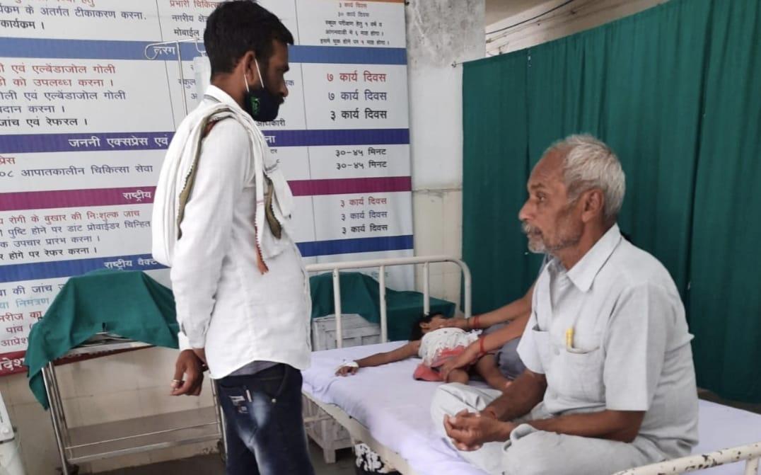 अस्पताल में नहीं मिला डाक्टर, परेशान परिजनों ने अस्पताल के बाहर किया हंगामा, 2 घंटे बाद शुरू हो पाया इलाज, बच्ची की हालत खतरे से बाहर|छिंदवाड़ा,Chhindwara - Dainik Bhaskar