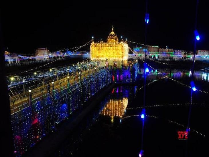 रंग बिरंगी लाइटों से सजा दुर्ग्याणा मंदिर।