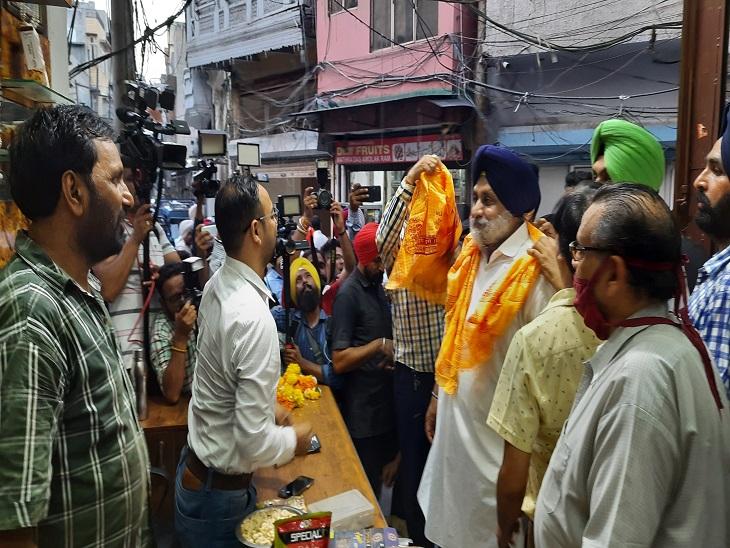 मजीठ मंडी में व्यापारियों से दुकानों के अंदर जा-जा कर मिले सुखबीर।