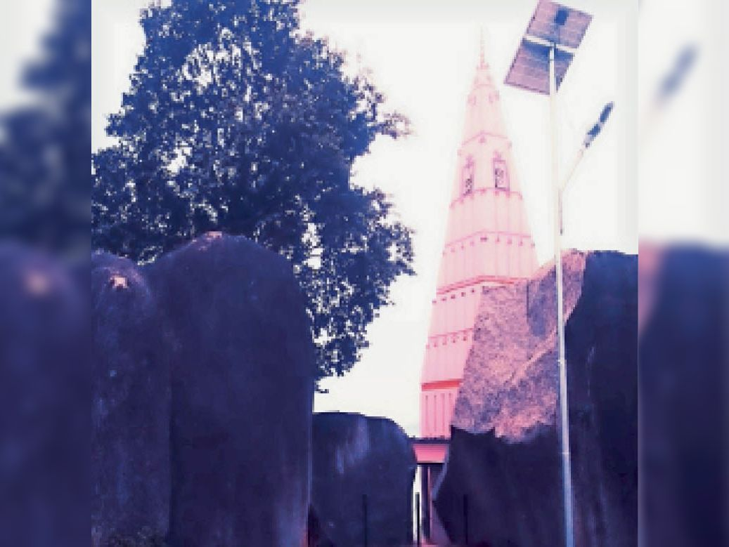 तीन शिलाखंडों से बना ऐतिहासिक भीमचूल्हा। - Dainik Bhaskar