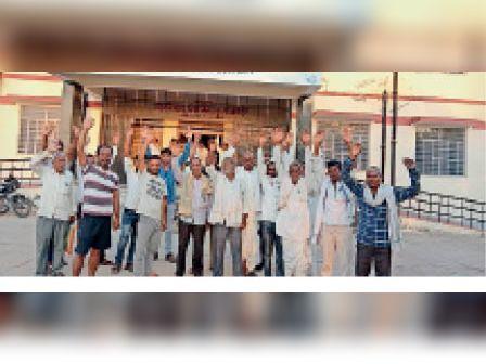 सूरौठ  बिजली की अघोषित कटौती के विरोध में तहसील कार्यालय के बाहर प्रदर्शन करते ग्रामीण। - Dainik Bhaskar