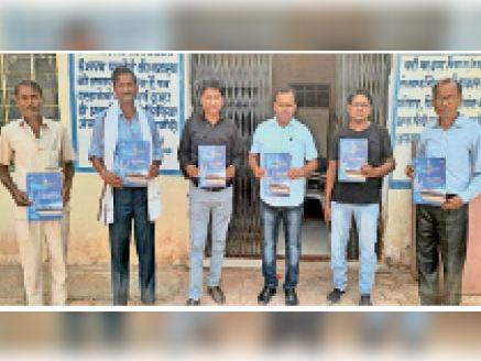 हिंंडौनसिटी  वाणिज्य विभाग के अधिकारी ने मिशन निर्यातक बनो पुस्तक का विमोचन करते। - Dainik Bhaskar