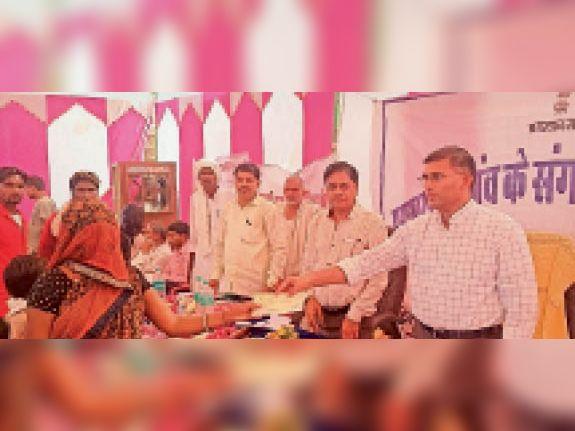 हिंंडौनसिटी| बाजना कला में एसडीएम अनूप सिंह ने सहायता के चेक दिए। - Dainik Bhaskar