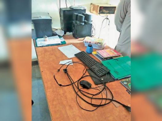 मोर   कस्बे के राउमावि के पुस्तकालय कम कार्यालय कक्ष से चोर कंप्यूटर सहित अन्य सामान चोरी कर ले गए। - Dainik Bhaskar