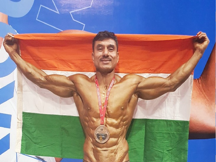 जीत के बाद तिरंगा लेकर खुशी जताते इंस्पेक्टर बलदेव कुमार