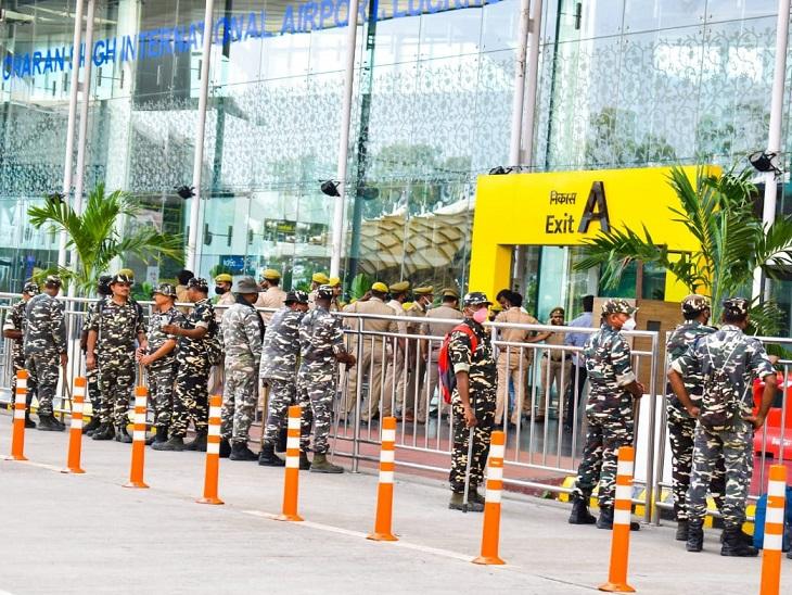 लखनऊ हवाई अड्डे के बाहर सुबह से ही भारी पुलिस बल की तैनाती की गई है।
