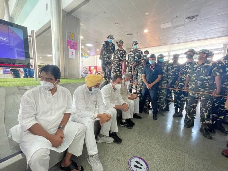 पुलिस की गाड़ी से जाने से इन्कार कर राहुल गांधी, भूपेश बघेल, चरणजीत सिंह चन्नी और केसी वेणुगोपाल हवाई अड्डे के भीतर ही धरने पर बैठ गए थे।