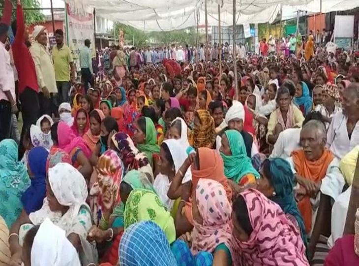 दिनभर चला चक्काजाम आवागमन की परेशानी को देखते हुएशाम को खत्म हुआ; ग्रामीणों का धरना आंदोलन जारी|जगदलपुर,Jagdalpur - Dainik Bhaskar