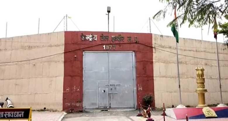 इंदौर की सेंट्रल जेल का मामला, दीवार में जा घुसी गोली,आवाज सुनकर अफसर पहुंचे, जांच शुरू|इंदौर,Indore - Dainik Bhaskar