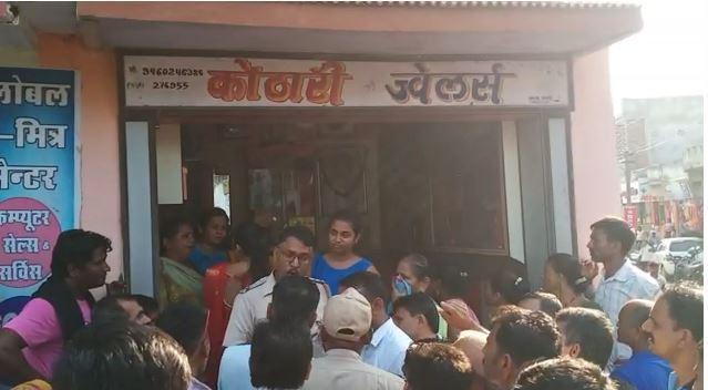 3 लुटेरों ने की वारदात, पिस्तौल दिखा बैग में भरे आभूषण, पुलिस ने कराई नाकाबंदी बांसवाड़ा,Banswara - Dainik Bhaskar