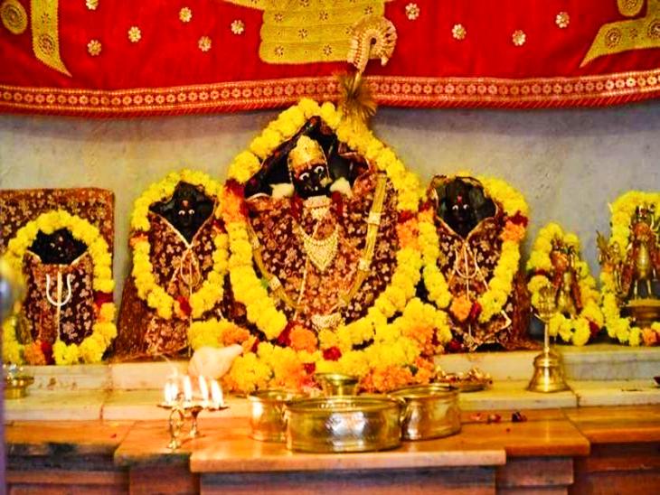 मान्यता के अनुसार साल 1965 युद्ध के दौरान चामुंडा मां ने चील बनकर जोधपुर के बाशिंदों की जान बचाई थी।