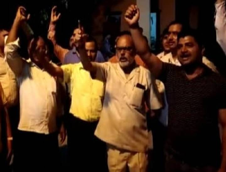 गाज़ीपुर पॉवर सबस्टेशन पर तैनात जेई को दीं गालियां, कहा- मेरी बात नहीं मानोगे तो जूतों से मारूंगा|फतेहपुर,Fatehpur - Dainik Bhaskar