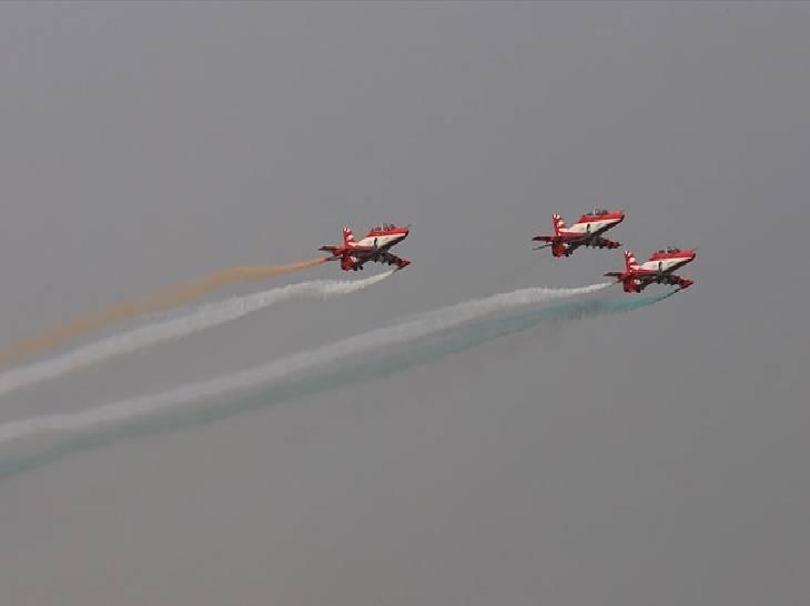 आठ हजार फुट ऊंचाई से तिरंगा लेकर कूदे देश के वीर जवान, राफेल और सुखोई ने दिखाई वायुसेना की ताकत|गाजियाबाद,Ghaziabad - Dainik Bhaskar