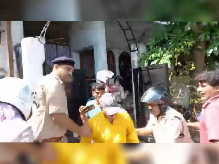 ईदगाह हिल्स में सरकारी जमीन से कब्जा हटाया, नीलकंठ कॉलोनी में बिना परमिशन के बने अवैध हिस्से को तोड़ा; जमकर हंगामा किया|भोपाल,Bhopal - Dainik Bhaskar