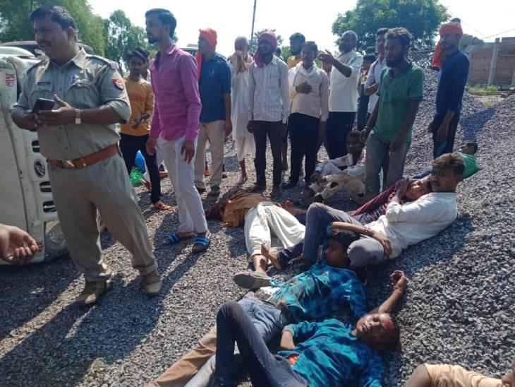 12 लोग दुर्गा प्रतिमा लेने जा रहे थे, अचानक से अनियंत्रित होकर पलटी पिकअप; 3 की हालत गंभीर चित्रकूट,Chitrakoot - Dainik Bhaskar