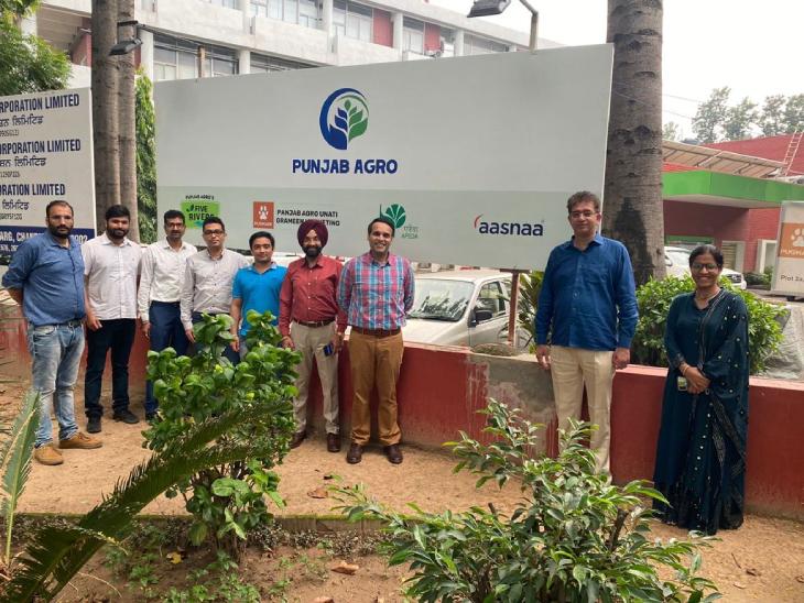 भूपेश सैनी अपनी टीम के साथ। भूपेश के मॉडल से कई लोगों को रोजगार मिला है। स्थानीय किसान अच्छी कमाई कर रहे हैं।