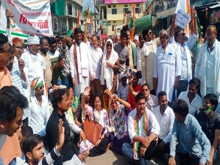 प्रियंका गांधी की गिरफ्तारी को लेकर जताई नाराजगी, पुलिस के साथ हुई धक्का-मुक्की, हिरासत में लिए गए पूर्व केंद्रीय राज्यमंत्री प्रदीप जैन|ललितपुर,Lalitpur - Dainik Bhaskar