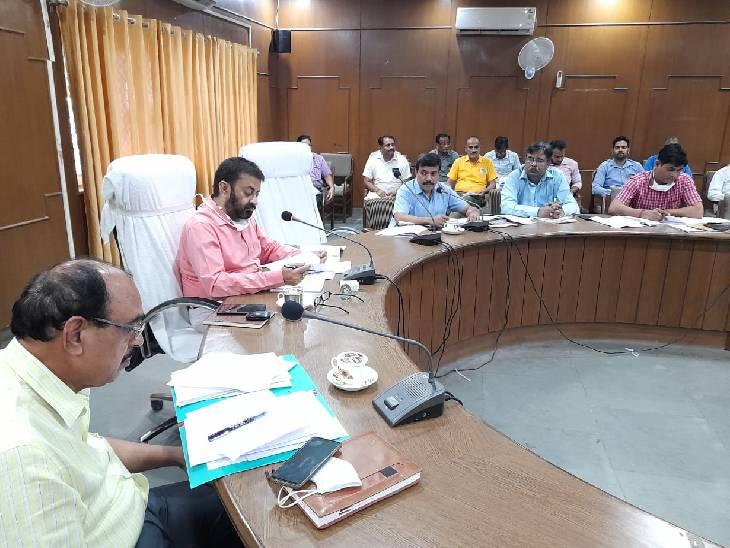 राजस्व कार्यों की समीक्षा के लिए की बैठक, बिना नक्शा पास हुए मकान निर्माण पर जताई आपत्ति; अभियान चलाने के दिए निर्देश फर्रुखाबाद,Farrukhabad - Dainik Bhaskar
