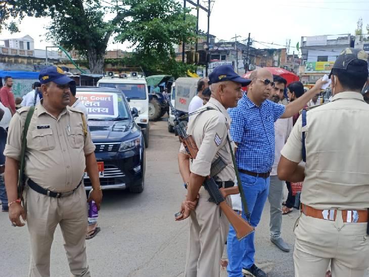 रीवा शहर की बदहाल यातायात व्यवस्था को देख सड़क पर उतरे मुख्य न्यायिक मजिस्ट्रेट, चौराहे में लगाई कोर्ट, काटे वाहनों के चालान|रीवा,Rewa - Dainik Bhaskar