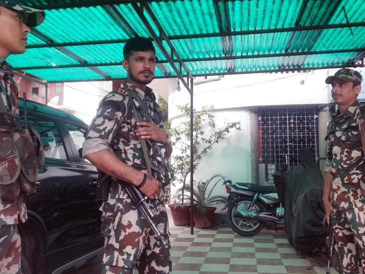 छापेमारी के दौरान घर के बाहर तैनात STF जवान। - Dainik Bhaskar