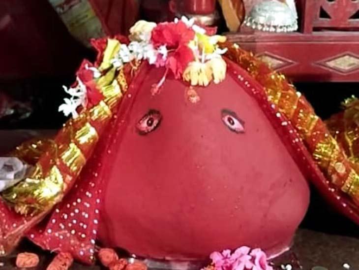 नवरात्रि के समय प्रतिदिन हजारों भक्त पूजा करने आते हैं।