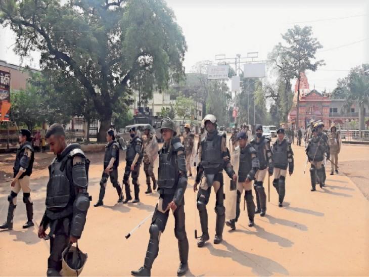 कर्फ्यू जारी है...कवर्धा में फ्लैग मार्च, जिन्होंने पुलिस के सामने की तोड़फोड़ उनमें से 59 उत्पातियों की गिरफ्तारी|कवर्धा (कबीरधाम),Kawardha (Kabirdham) - Dainik Bhaskar