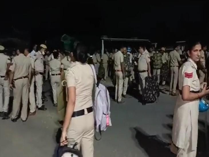 रात को भी डटे हुए हैं किसान, पुलिस ने नहीं लगाने दिया टेंट; बैरिकेडिंग के साथ भारी पुलिस बल तैनात|हिसार,Hisar - Dainik Bhaskar