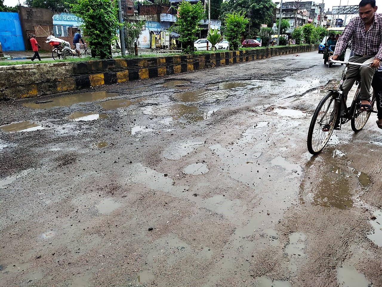 4450 किमी. की सड़कों पर गड्ढे ही गड्ढे, अभी तक 16 % ही गड्ढामुक्त, अब वॉट्सऐप पर दे सकते हैं जानकारी|कानपुर,Kanpur - Dainik Bhaskar
